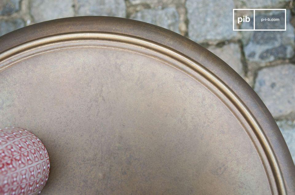 Dieser kleine Tisch zeigt klassische Linien und einen Hauch von Originalität