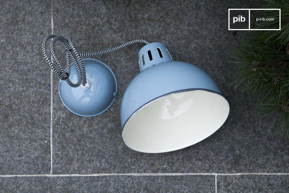 Die wunderschöne blaue Verarbeitung der Lampe Snöl lässt jeden Raum hell erleuchten und trägt
