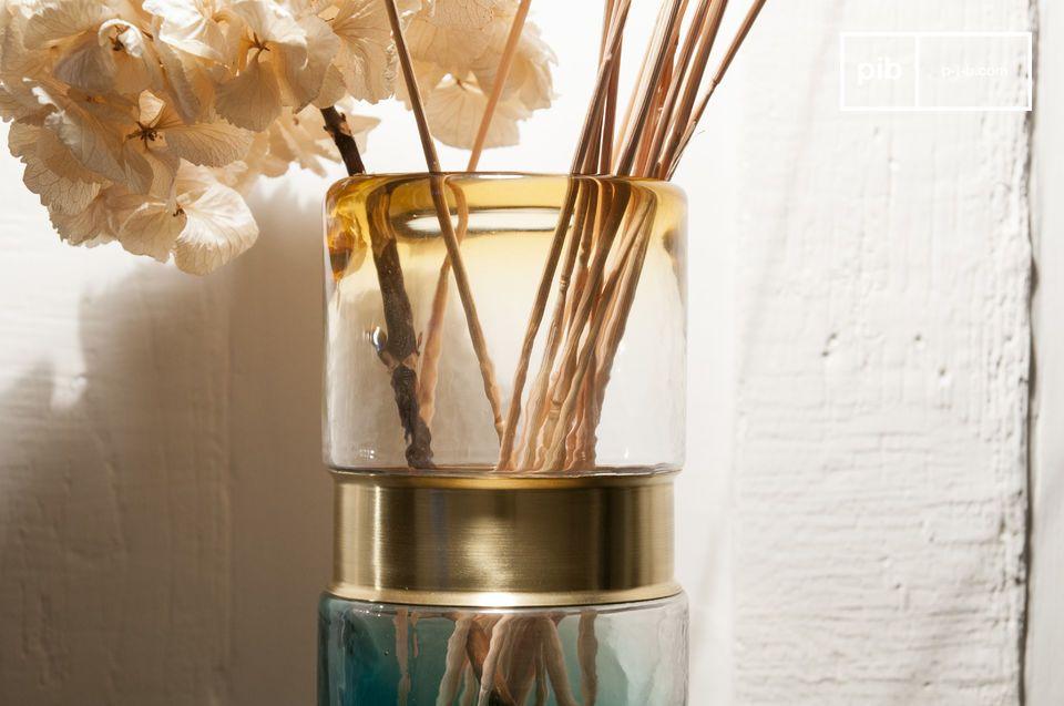 Buntes Glas und eleganter Messinggürtel