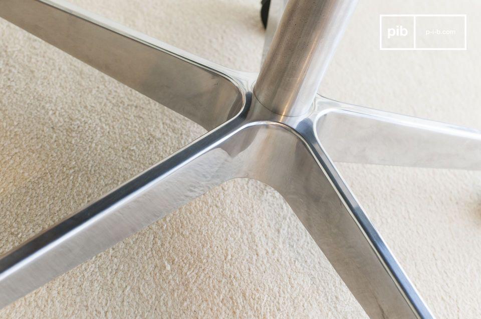 Robust und anmutig, der sternförmige Fuß des Breunor Bürostuhls sorgt für perfekte Stabilität