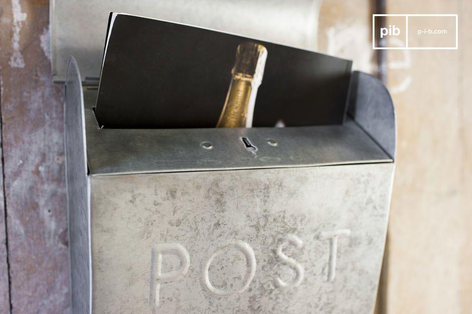 Der Briefkasten Epistula ist ganz in Metall gefertigt