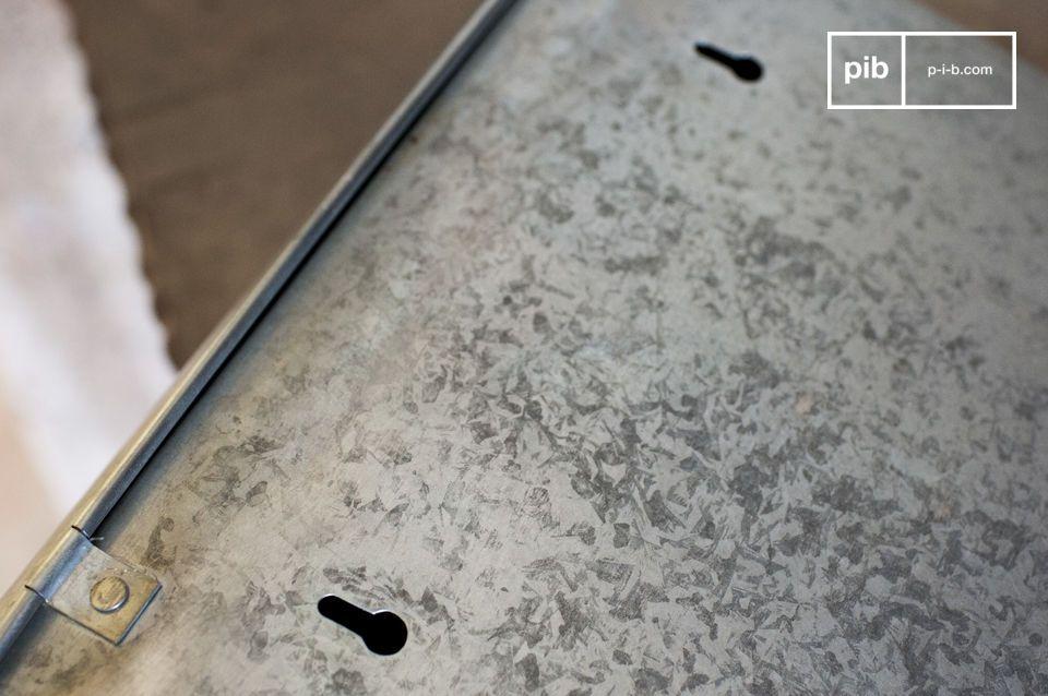 Auf seiner Oberfläche befinden sich dunkle Flecken, die den Briefkasten älter aussehen lassen