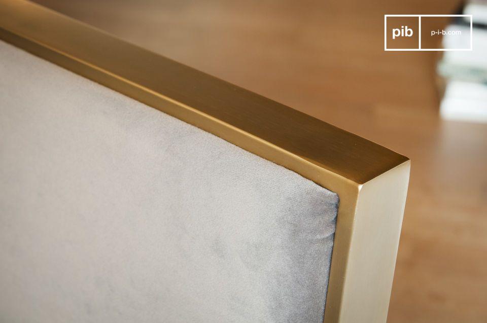 Mit seiner grauen Samtpolsterung und der goldenen Metallstruktur hat dieser Sessel Charakter und