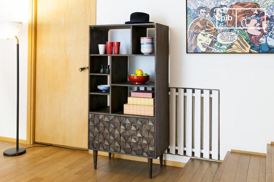 Das Bücherregal Balkis vereint feine Holzbeine und 2 Türen mit geometrischen Reliefs und weist
