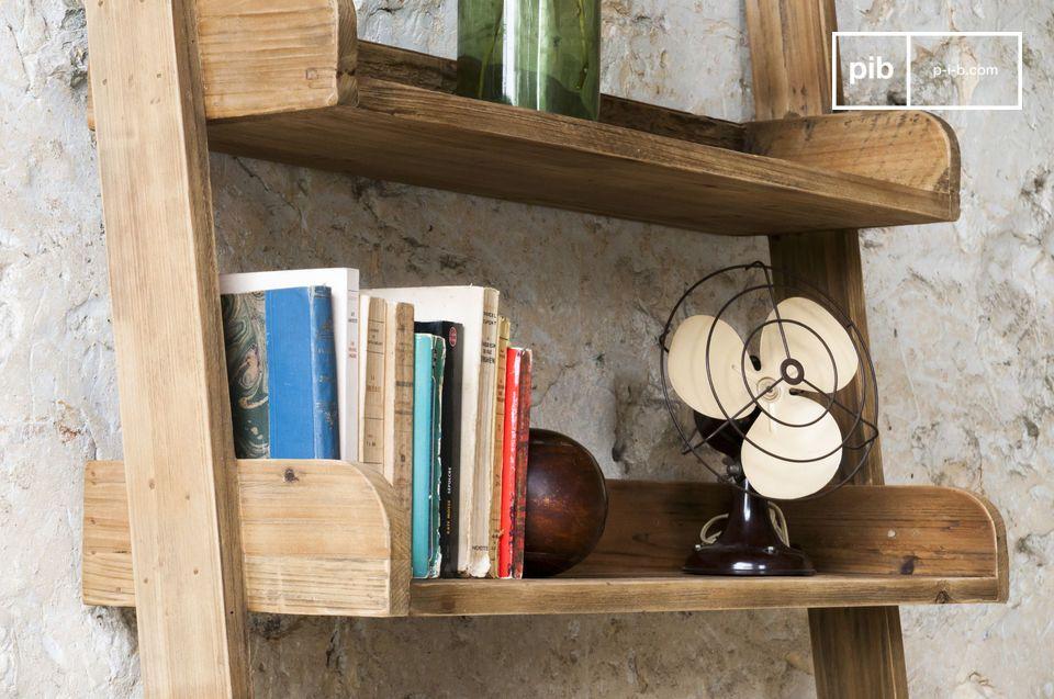 Das Bücherregal besteht komplett aus Massivholz und bietet mit seinen fünf Fächern jede Menge