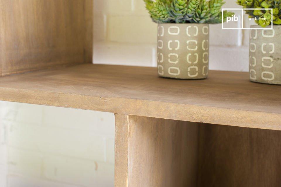Dazu kommt der praktische Aspekt des Möbelstücks: Drei große offene Fächern