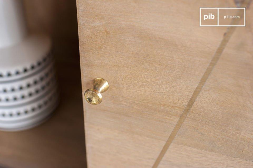 Das Bücherregal Messinki besteht aus Massivholz, welches leicht patiniert wurde
