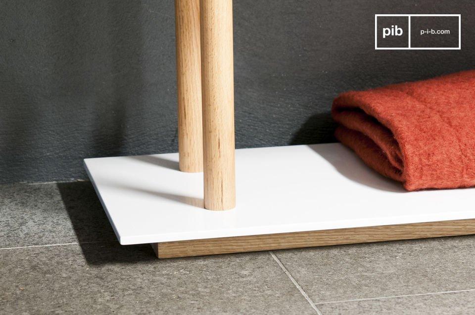 Die 6 in glänzendem Weiß lackierten Regalböden sind verblüffend dünn und verleihen diesem