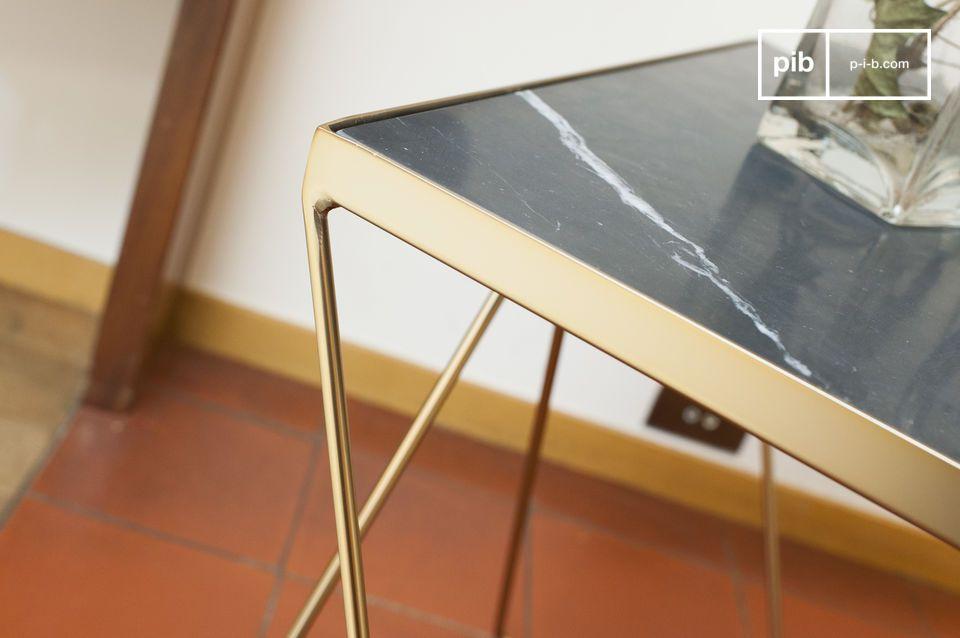 Die quadratische Platte des kleinen Bumcello-Tisches besteht aus geripptem grünen Marmor
