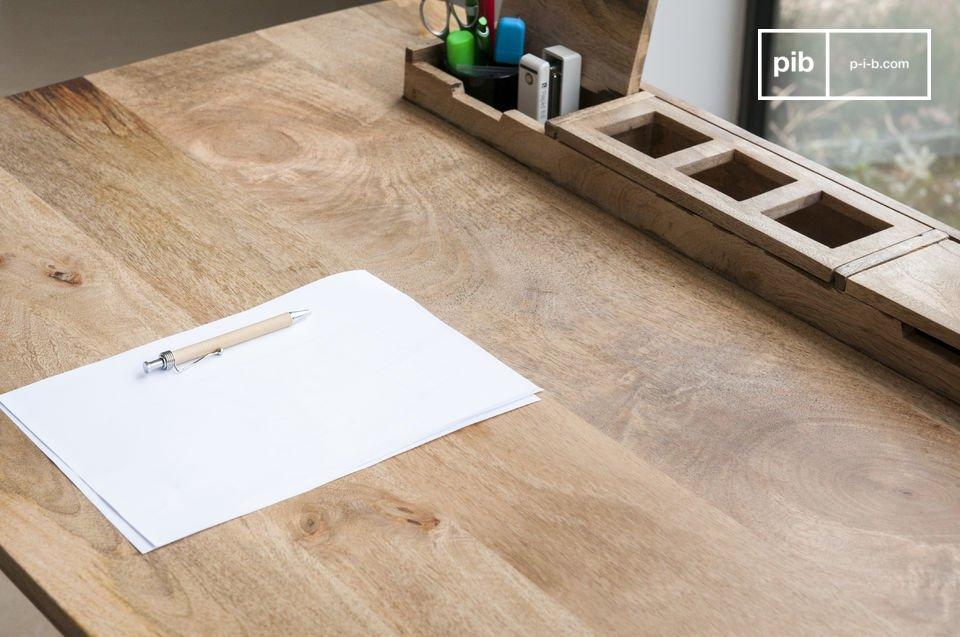 Der massive Schreibtisch Mökaeine und seine angeschrägte Tischplatte