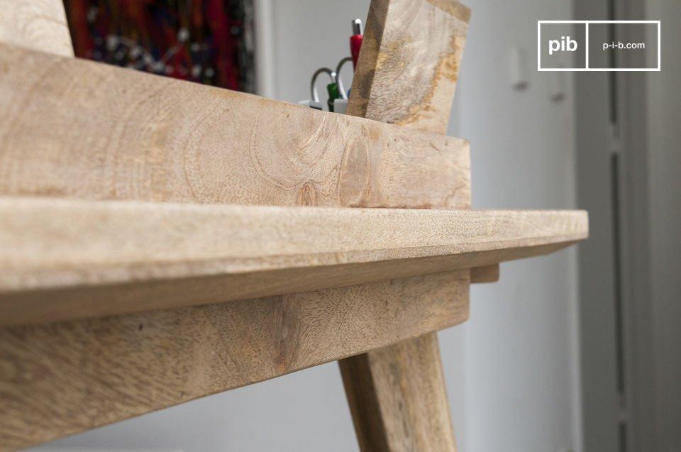 Dieser elegante und praktische Schreibtisch hat in der Tischplatte Aufräummöglichkeiten