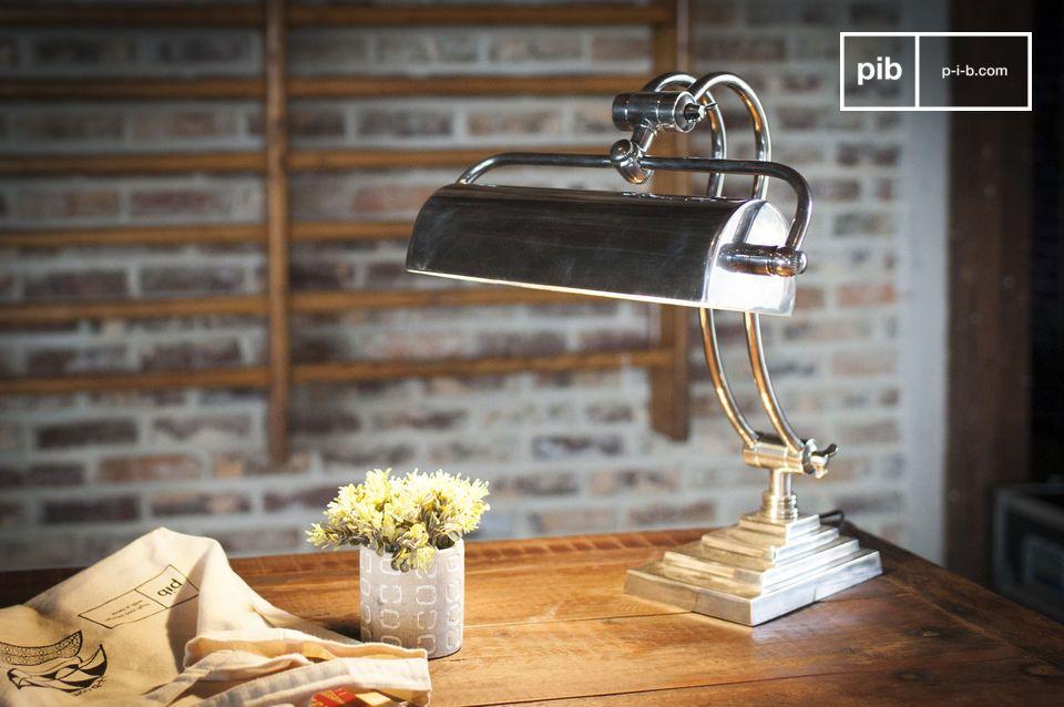 Die Hedges Schreibtischleuchte kombiniert Messing mit lackiertem Silber für einen entschiedenen