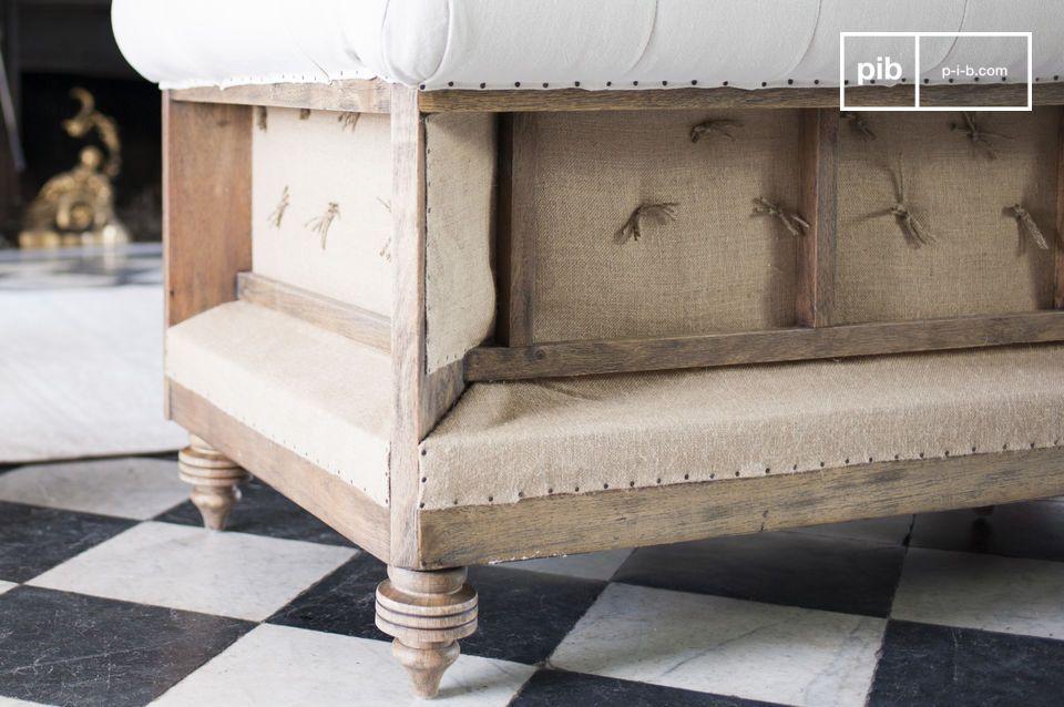 Durch seine Maße und seine Polsterung aus dichtem Mousse verspricht das Sofa Chesterfield Montaigu