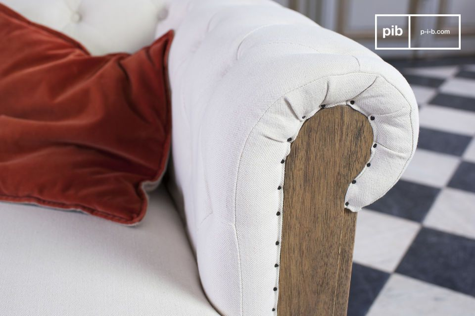 Das Sofa Chesterfield Montaigu besitzt einen unkonventionellen retro Stil