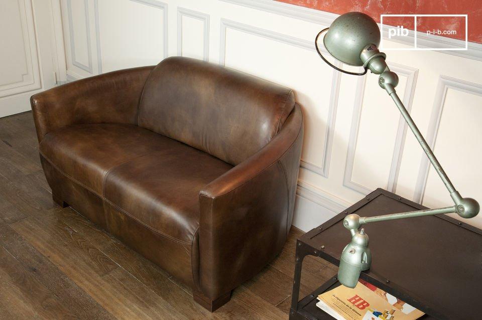Diese auf einen soliden Buchenholzrost gespannte Couch verfügt über eine tiefe Sitzfläche