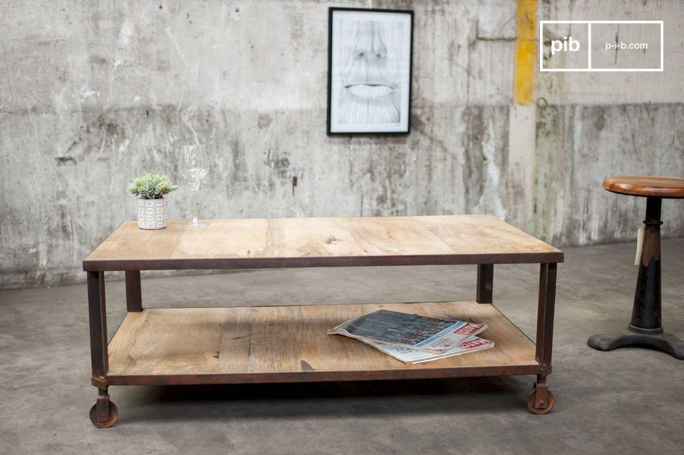 Die beiden Tischplatten sind von einem rostfarbenen Metallrahmen umgeben