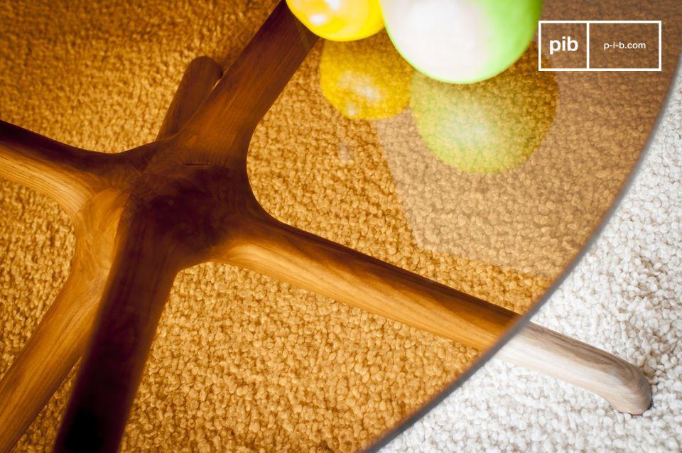 P>Der Sockel dieses außergewöhnlichen Tisches ist aus massivem Eschenholz gefertigt und erinnert