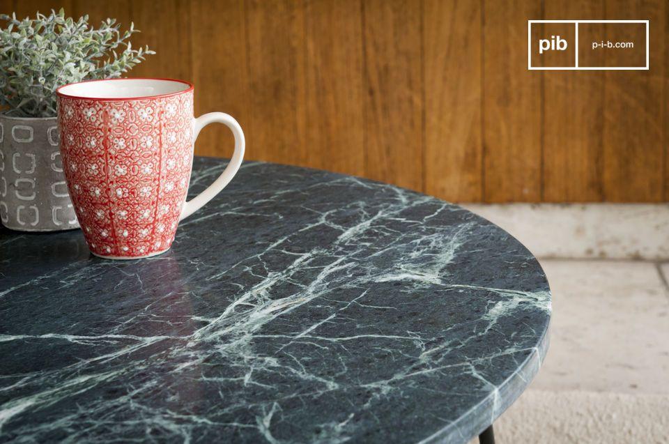 Ein Couchtisch mit zeitlosem Luxus zwischen grünem Marmor und mattem Metall.