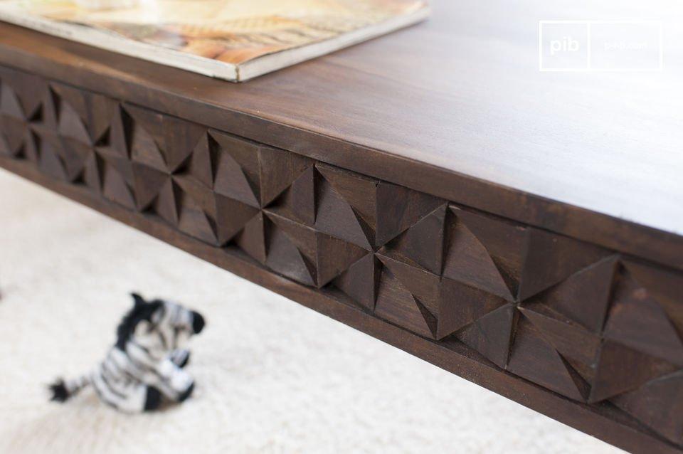 Der Couchtisch Balkis vereint feine Holzbeine mit geometrischen Reliefs und weist somit einen