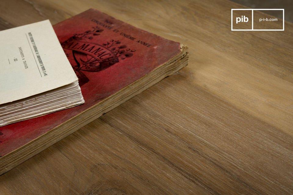 Dieser  Couchtisch  verleiht Ihrem Wohnzimmer mit seiner dicken Teakholzplatte im gealterten Look