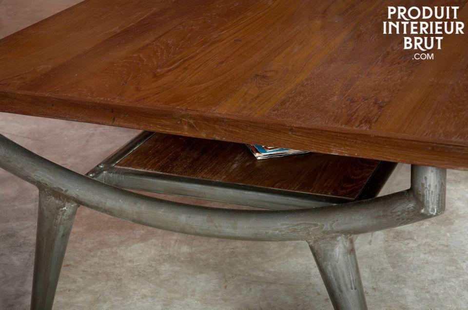 Die Tischplatte dieses  Couchtischs im Industriedesign  besteht aus massivem Teakholz und