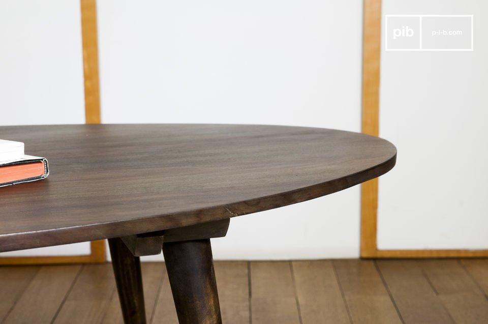 Mit seiner Konzeption und seinen Beinen aus dunklem Holz erinnert der Couchtisch Bikhatz an die