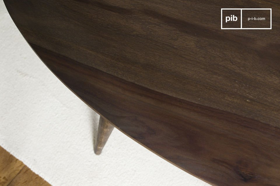 Der Tisch besteht aus massivem Rosenholz (Sheesham) und verfügt über ein dunkel lackiertes Finish