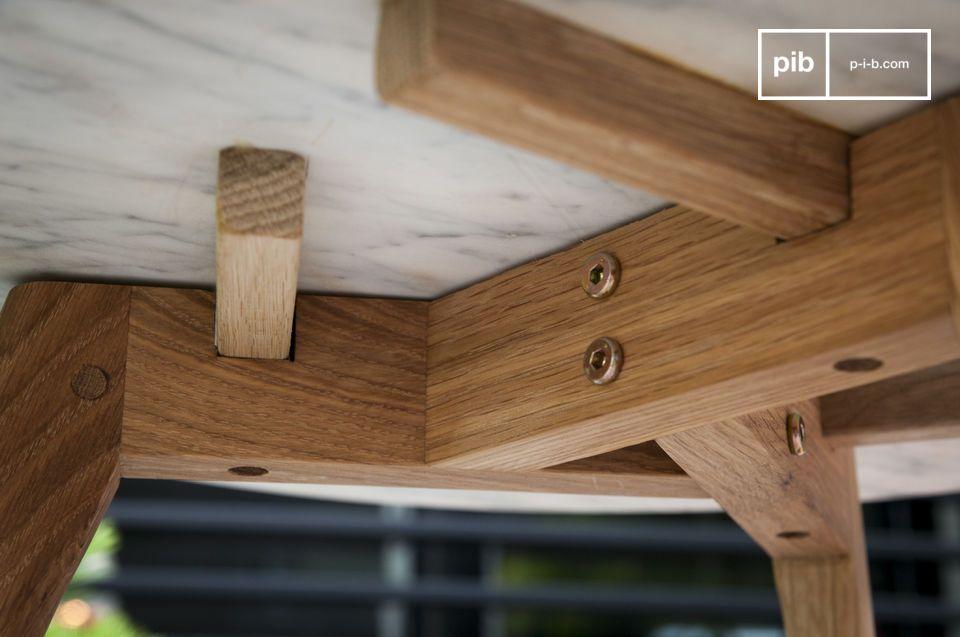 Die 18 mm dicke Tischplatte aus hellem Marmor bietet einen sehr reizvollen Kontrast zu den drei