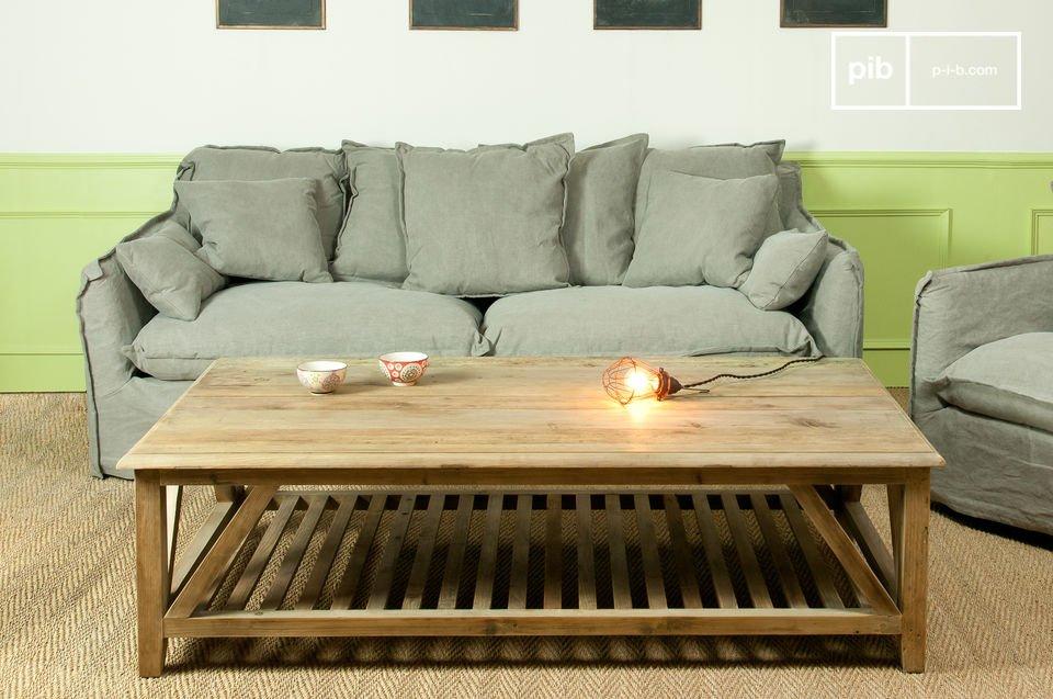 Bei diesem Couchtisch handelt es sich um ein  rustikales Möbel  aus Massivholz mit einer schönen