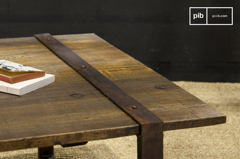 Durch seine mit alten Latten aus Ulmen-Rohholz gefertigte Tischplatte verleiht der Couchtisch
