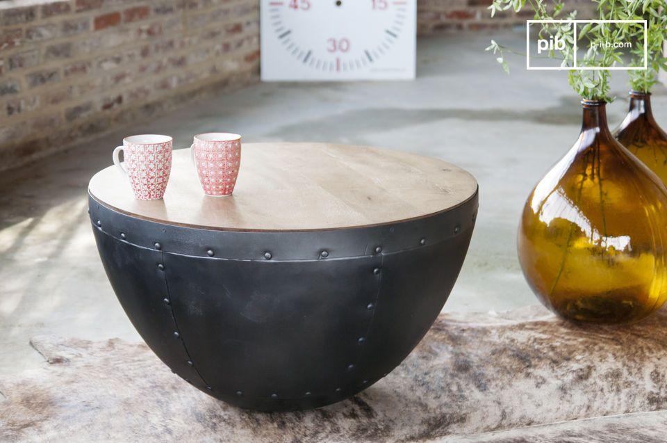 Ein klarer industrieller Look für diesen Tisch mit sichtbaren Nieten