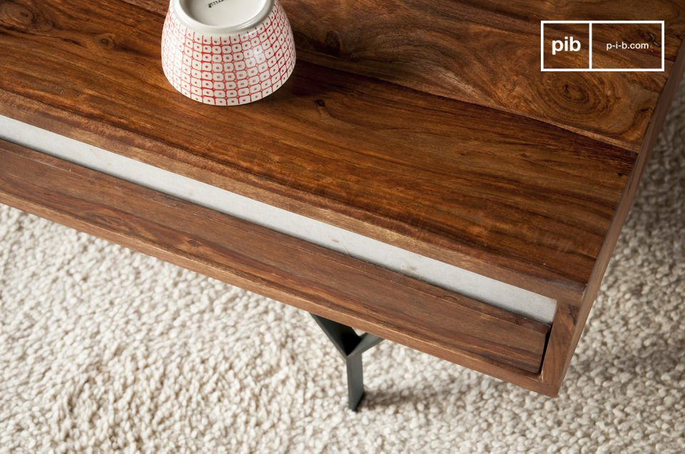 Durch die feinen Metallfüße und den weißen Marmor als Kontrast zu dem dunklen Holz weist der