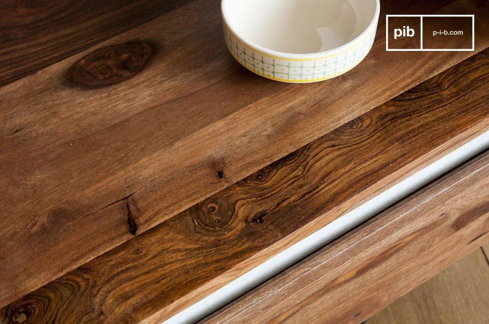Das Möbelstück aus Massivholz weist eine große Robustheit auf und überdauert somit problemlos