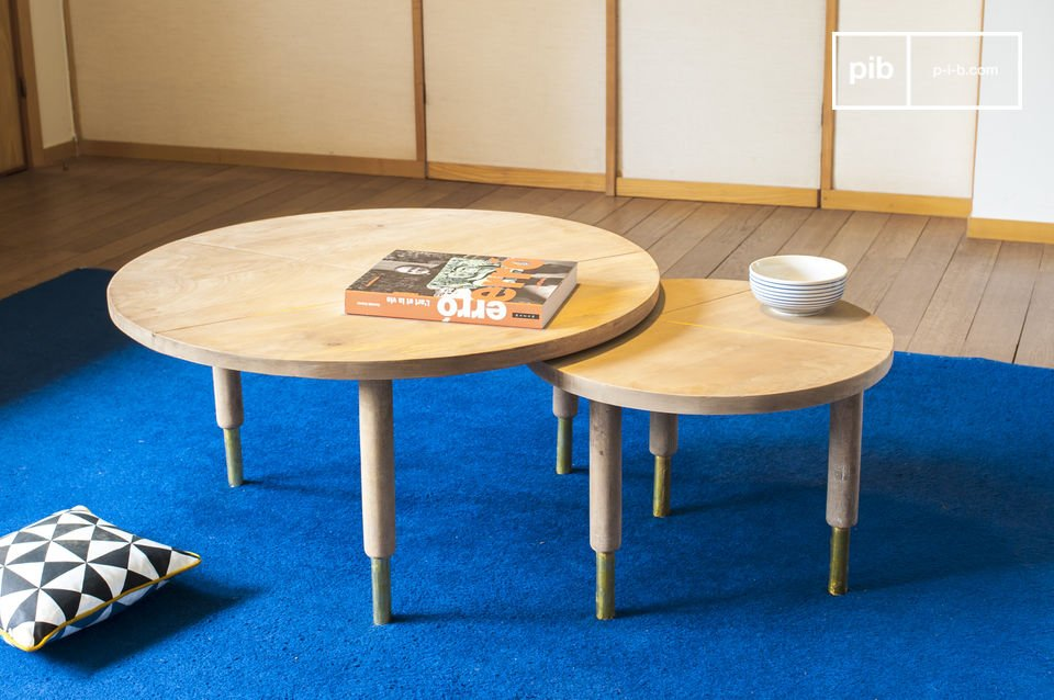 Stapelbare Tische vereint mit hellem Holz und einem Hauch von Gold