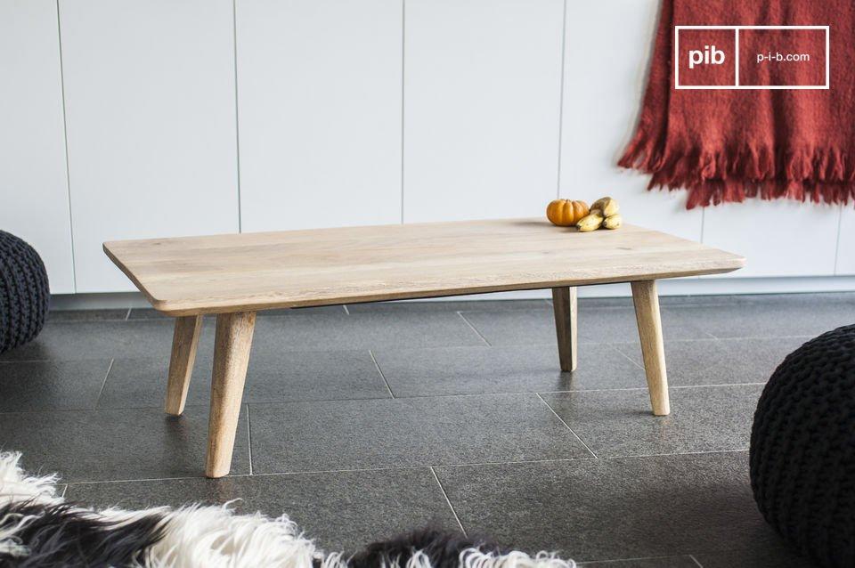 Der massive Couchtisch Möka und seine angeschrägte Tischplatte sind in einer natürlichen im skandinavischen gehaltenden Silrichtung gefertigt