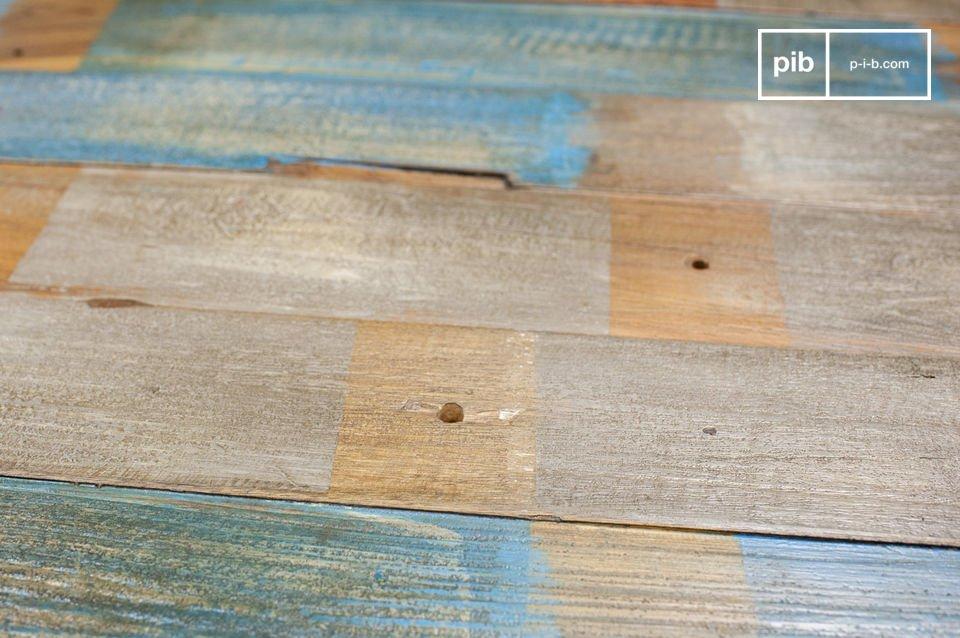 Dieser handgefertigte Couchtisch wurde aus alten, ausgesuchten Holzlatten hergestellt