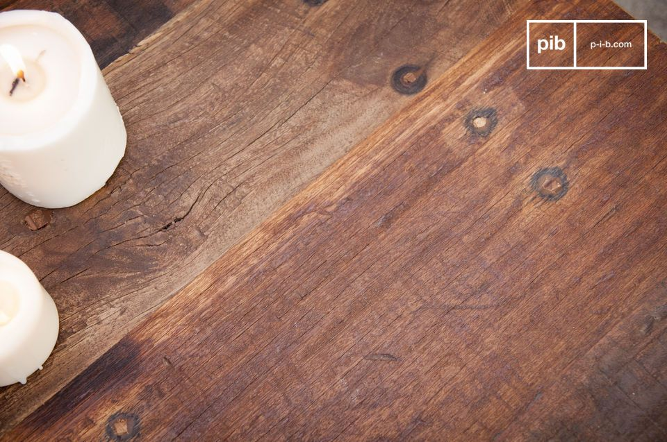 Der mattschwarze Metallrahmen und die Platte aus recyceltem Massivholz geben dem Couchtisch New Soho