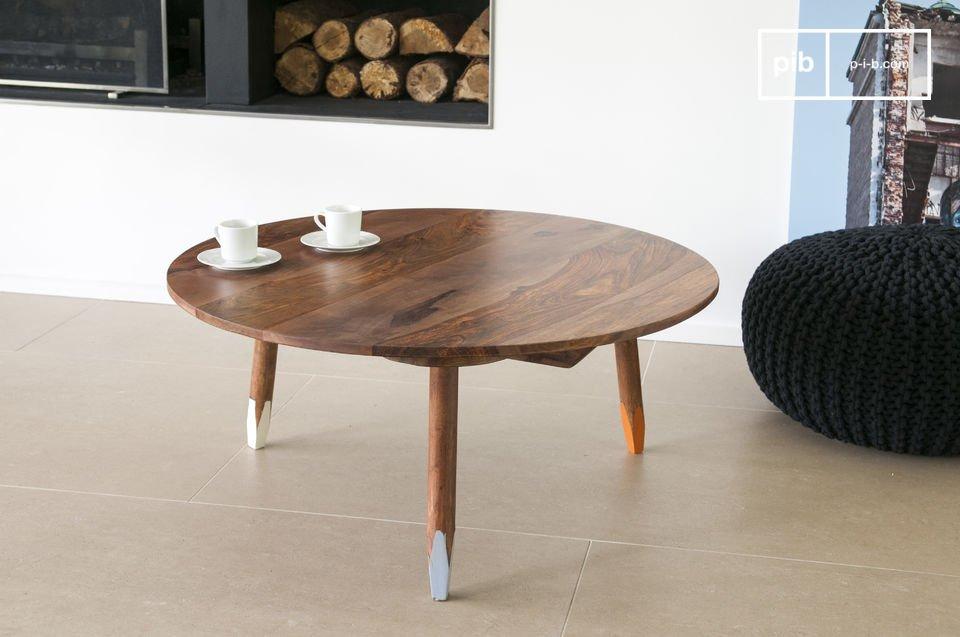 Der dreibeinige Couchtisch ist ein elegantes Möbel