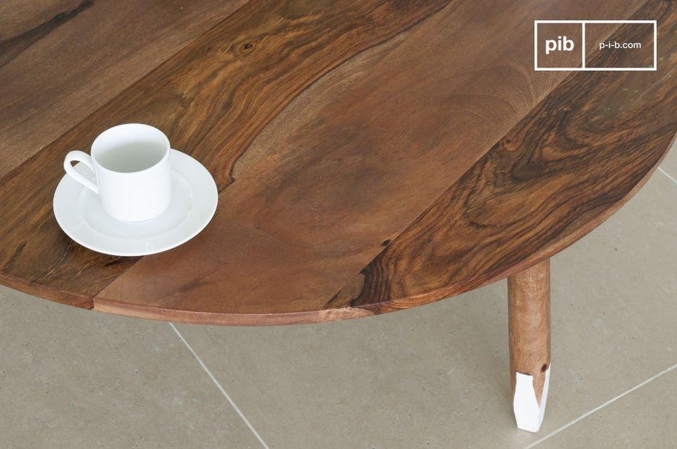 Der Tisch besitzt eine originelle Farbkombination : Die runden Füße sind am Ende facettiert und