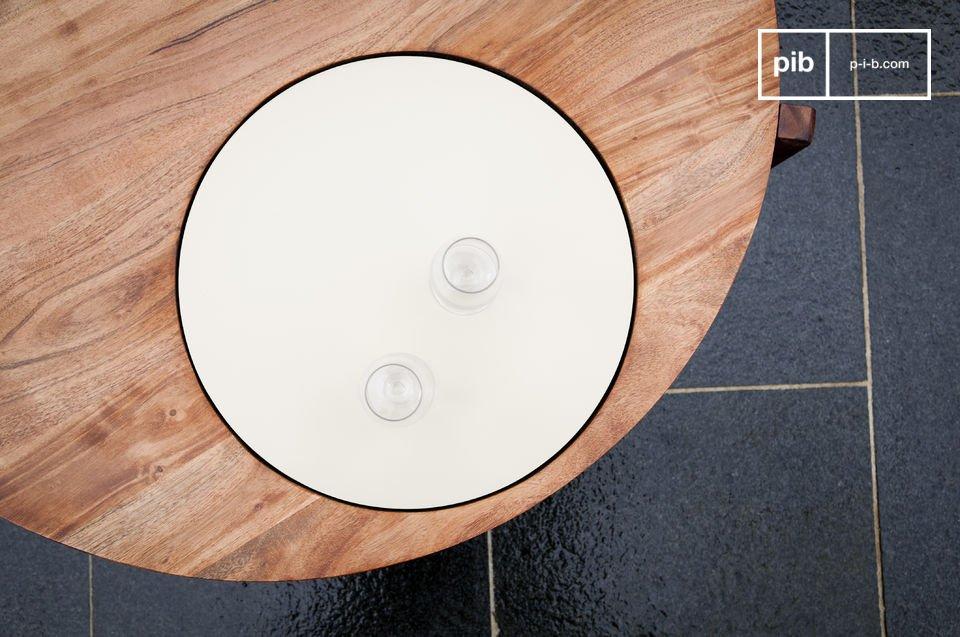 Dieser originelle Couchtisch besitzt eine schöne weiße Scheibe
