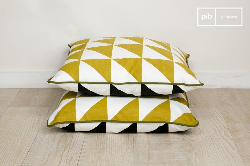 Zur Gänze aus Bio-Baumwolle bestehendes Kissen mit einem, den 50er Jahren nachempfundenem, aufgedruckten Dreieck-Motiv