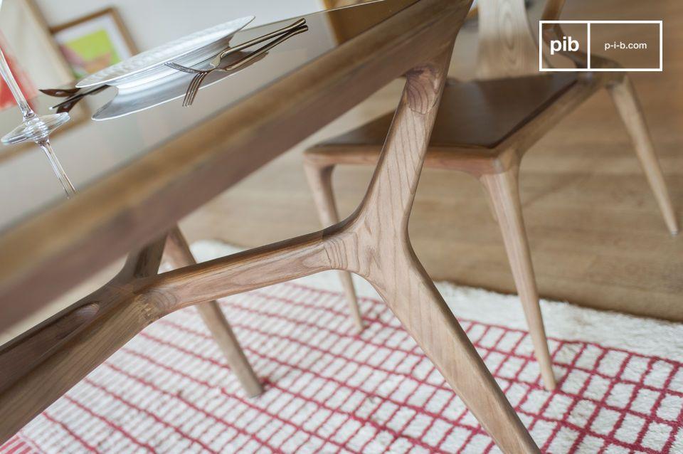 Mit seiner geräucherten Platte aus gehärtetem Glas fügt sich der Iniö-Tisch leicht in ein Dekor