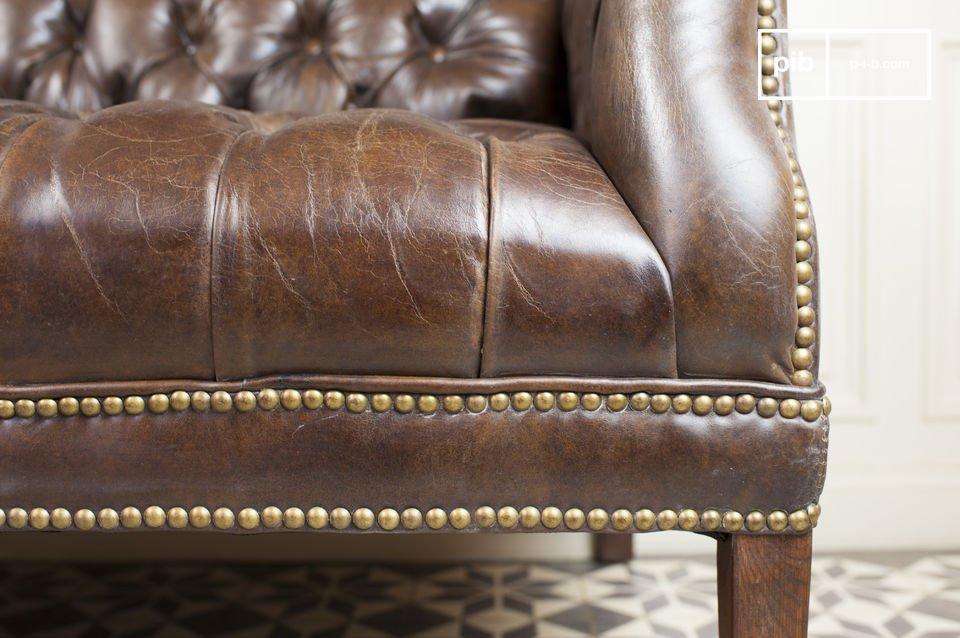 Dieses zweisitzer Sofa strahlt viel Vintage Eleganz aus
