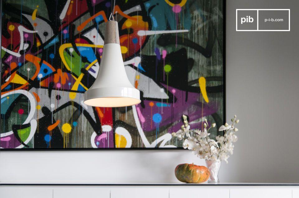 Der trichterförmige Lampenschirm gibt ihm eine skandinavische Stilrichtung.