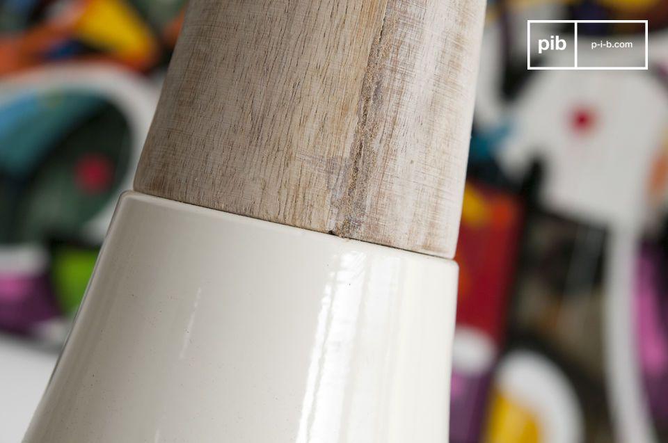 Der konische Aufbau dieser Lampe ist karaktarisch der Deckenlampe Balissö