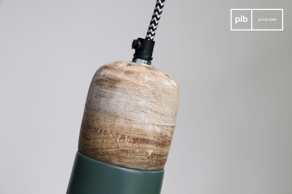 Die kleine Deckenlampe Farnetta aus Holz und mit Lampenschirm aus Metall ist ein echter Hingucker