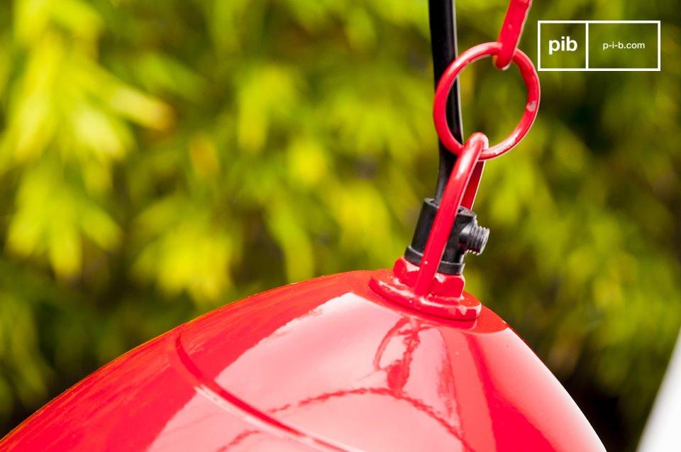 Die Deckenlampe Këpsta ist aus Metall gefertigt und mit rotem Lack überzogen