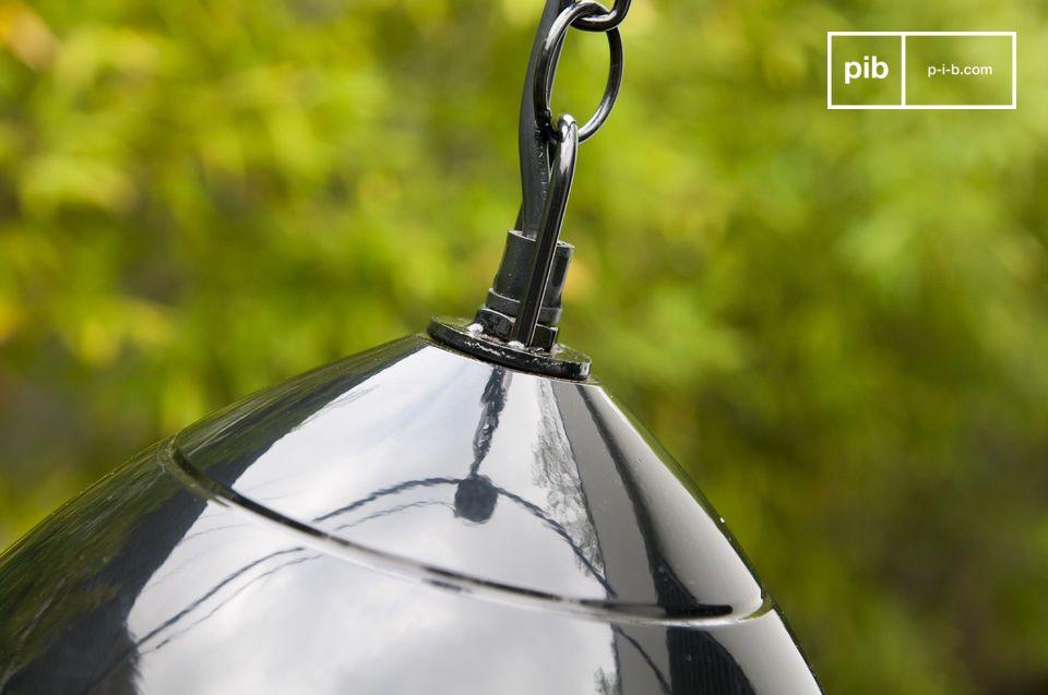 Die Deckenlampe Këpsta ist aus Metall gefertigt und mit schwarzem Lack überzogen