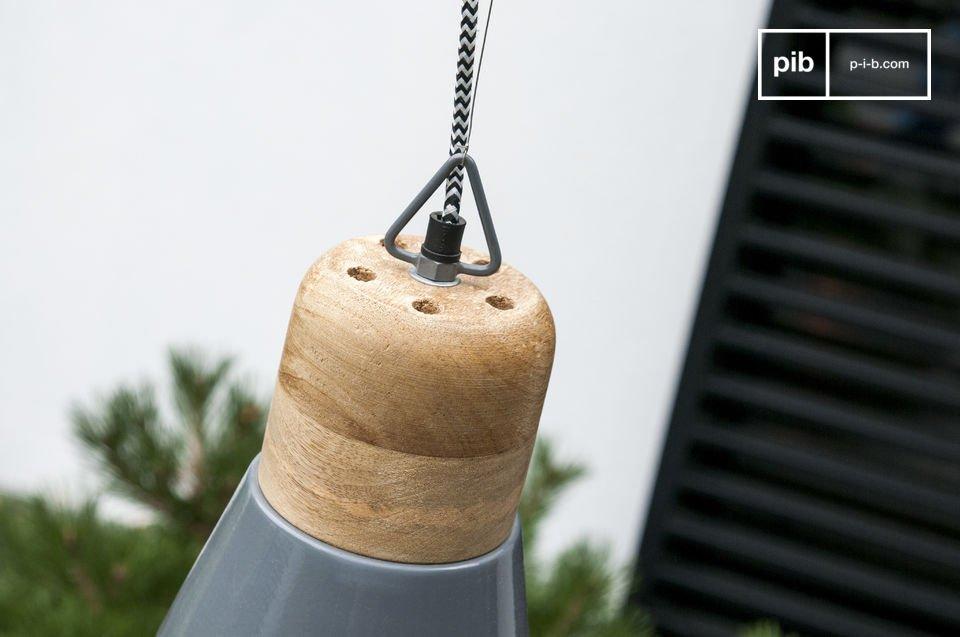 Die Deckenlampe Newark besitzt einen abgerundeten Holzkörper