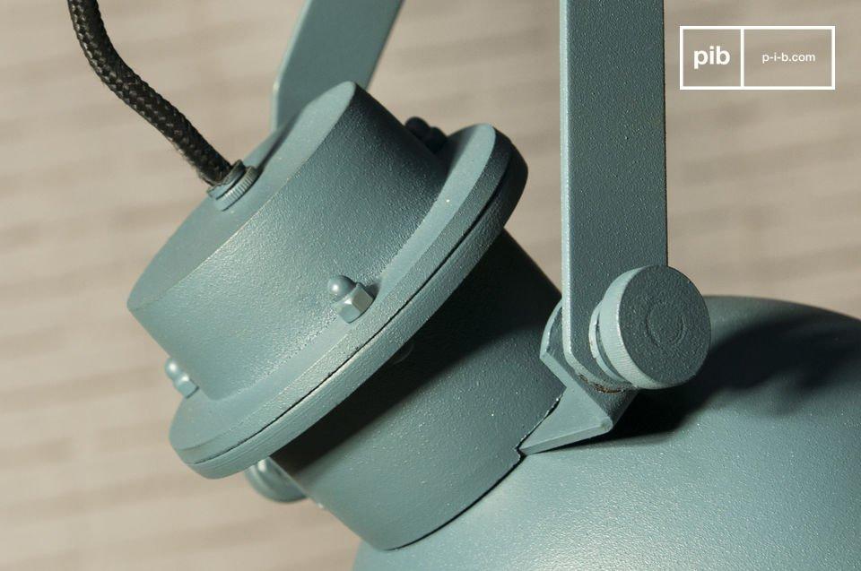 Sie ist im puren industriellen Stil und ganz aus Aluminium und Stahl hergestellt